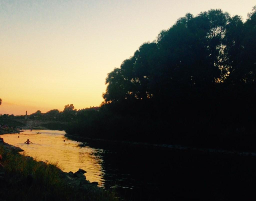 Die Isar bei Sonnenuntergang.