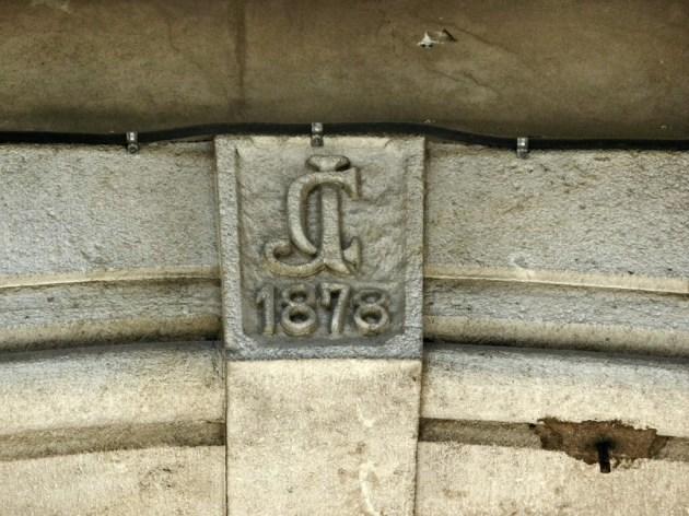 Detalle en la entrada del Carrer Trafalgar.