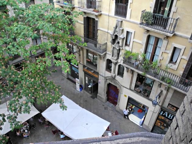 Vista de la Plaça Sant Josep Oriol desde el pasillo sin barandilla del milagro.