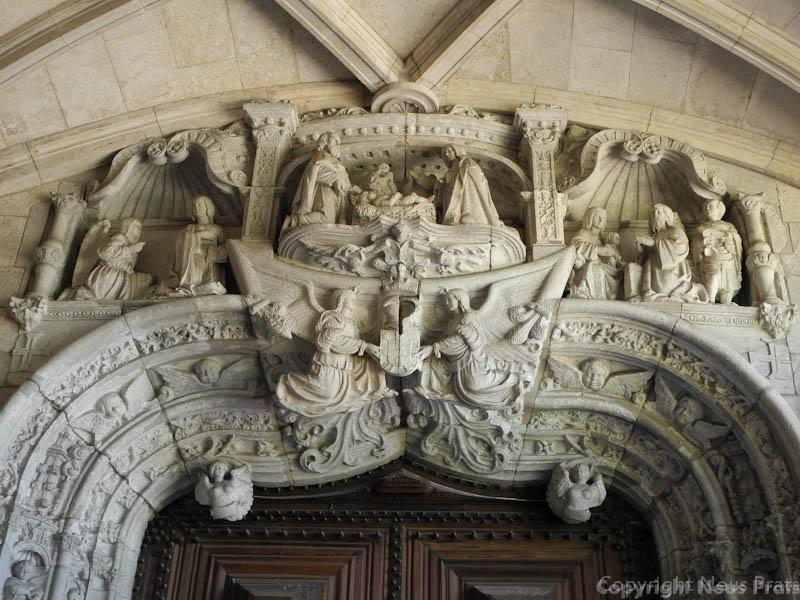 Puerta de entrada a la iglesia obra del escultor francés Nicola Chanterène.