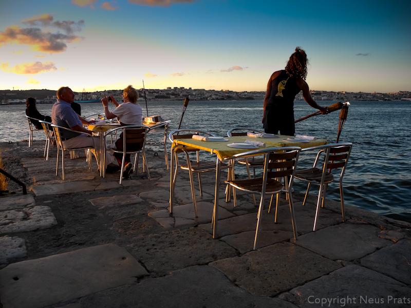 Restaurante Ponto Final con Lisboa al fondo.