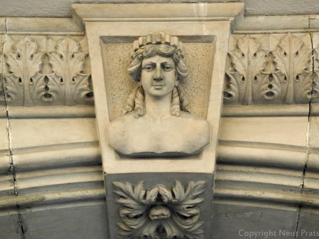 ¿Es la dios Tyche o es la diosa Fortuna? Carrer Trafalgar, 52