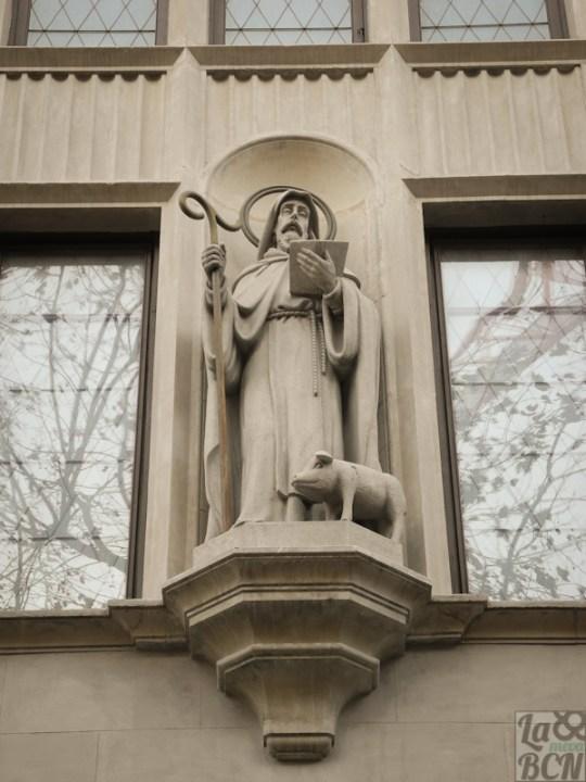 Sant Antoni Abat en la fachada de la Escola Pia Sant Antoni