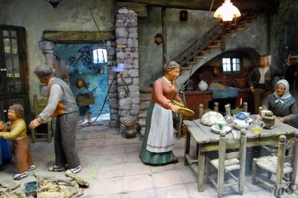Agustí Térmens i Molins amb les figure dels Germans Colomé.