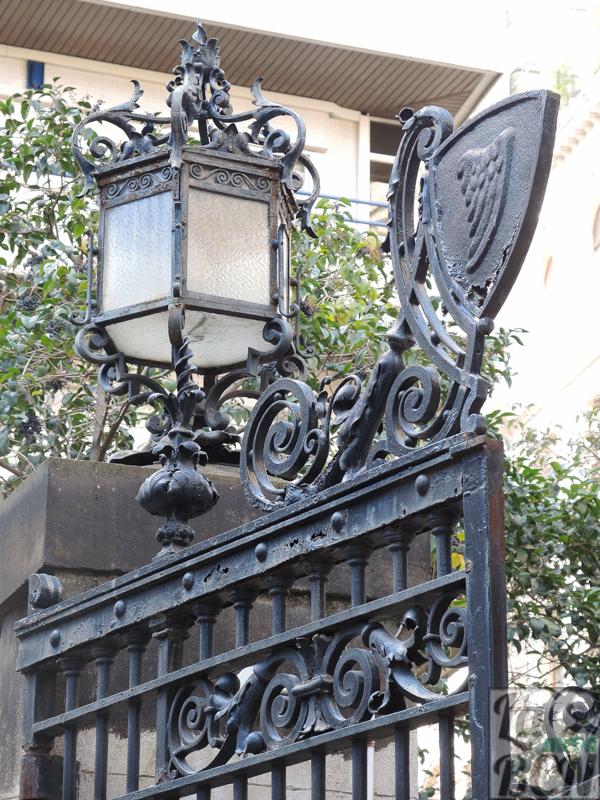 Escudo de Alella en la puerta de entrada a la finca
