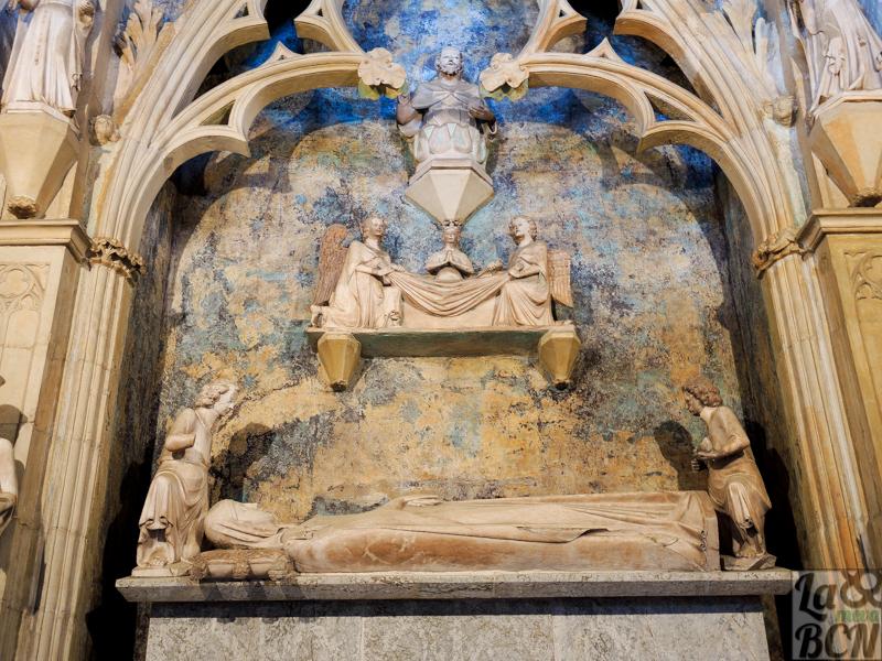 La reina Elisenda de Montcada respresentada como una monja en la parte que da al claustro.