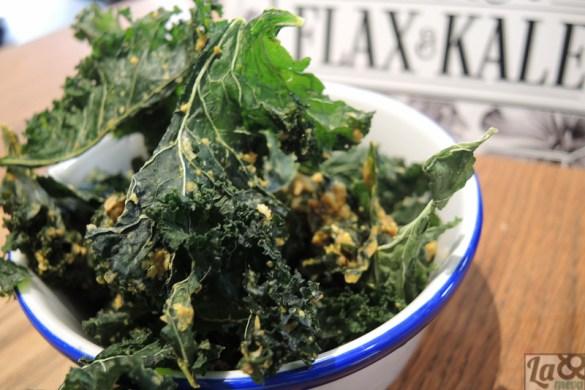 Kale chips. Chips caseros de kale deshidratado y aliñado.
