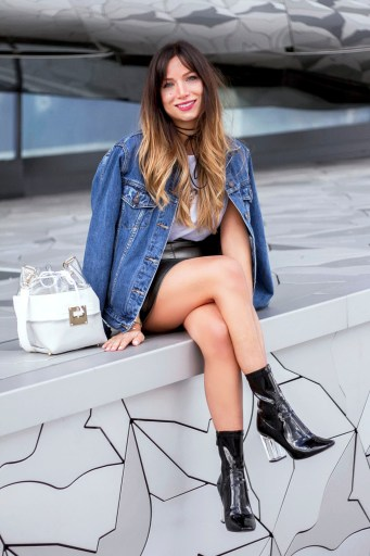 look-90s-oversized-denim-jacket-leather-skirt-and-ankle-boot-perspex-heel