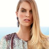 ブロンド・ロングヘアーの外人女性のヘアースタイル画像です。