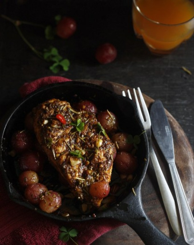 Grilled-chicken-with-red-grapes