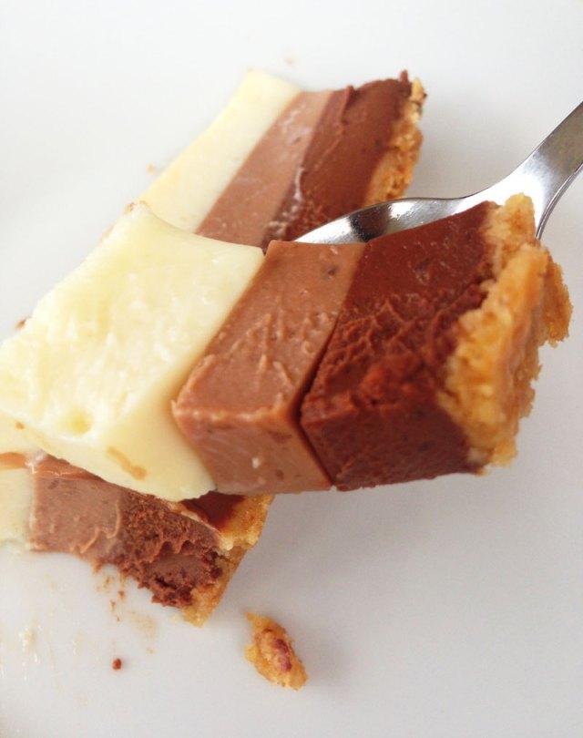 Porción tarta tres chocolates