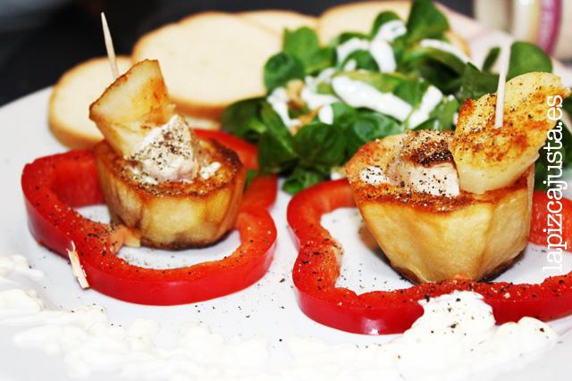 Plato individual de patata rellena con pollo a la salsa Ajonesa