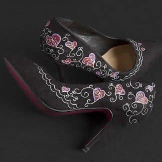 Customizar unos zapatos de tacón pintados a mano
