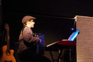 Charlotte Nartz, co-auteure et musicienne.