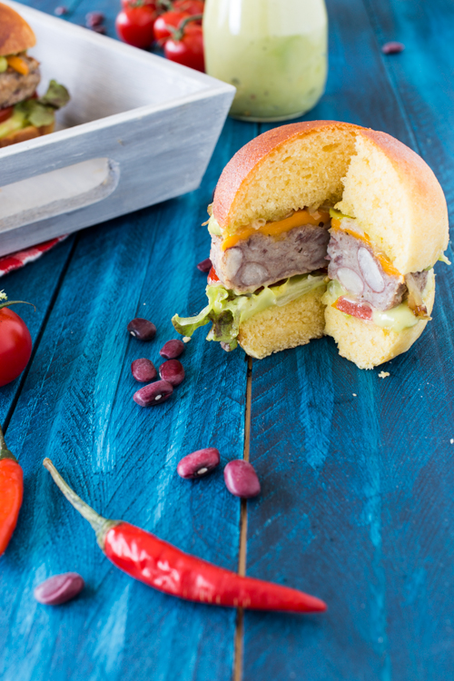 mini veggi burger, steack de haricots rouge, mayonnaise d'avocat et bun's au maïs