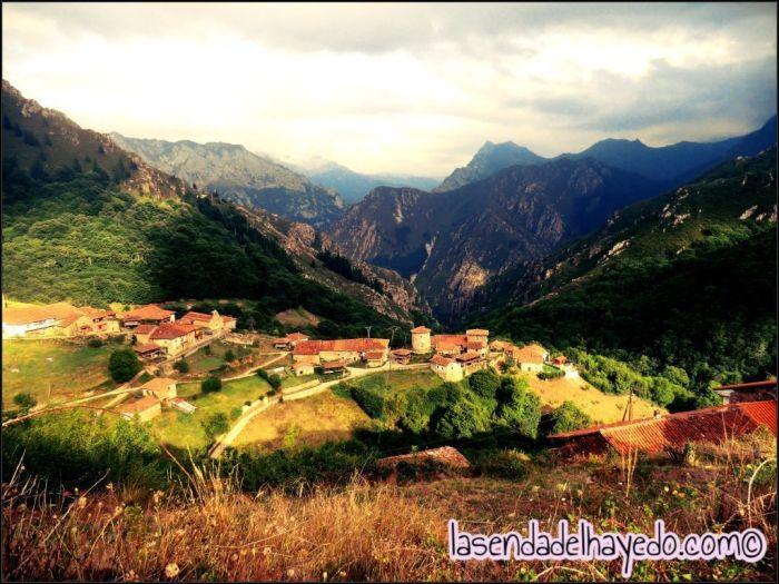 Banduxu desde la zona alta del pueblo, al fondo las montañas quirosanas