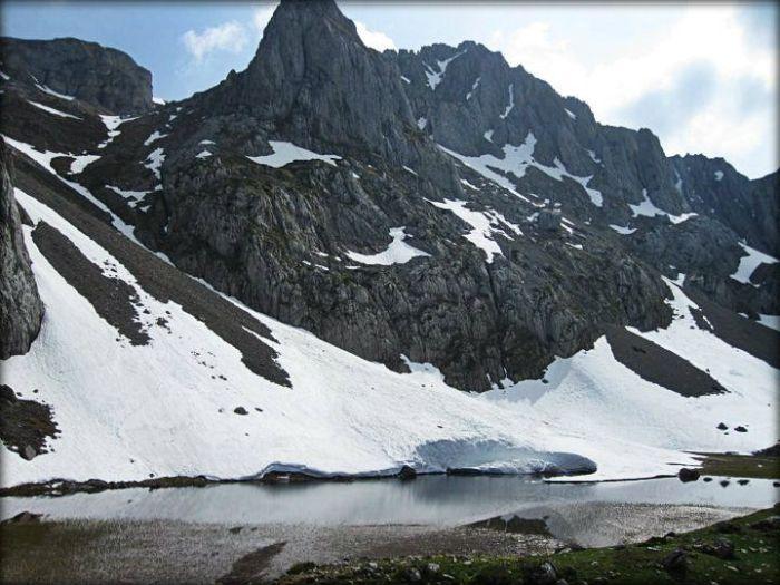 Laguna y torres del Montigüeiru en el deshielo (Foto de Pepe Moriscal)
