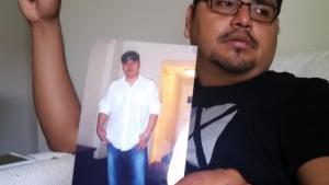 José Honorato, hermano de Miguel Ángel Honorato, mexicano muerto en el ataque de Orlando, muestra una foto de él en su casa de Apopka (Florida). J. Gonzalo
