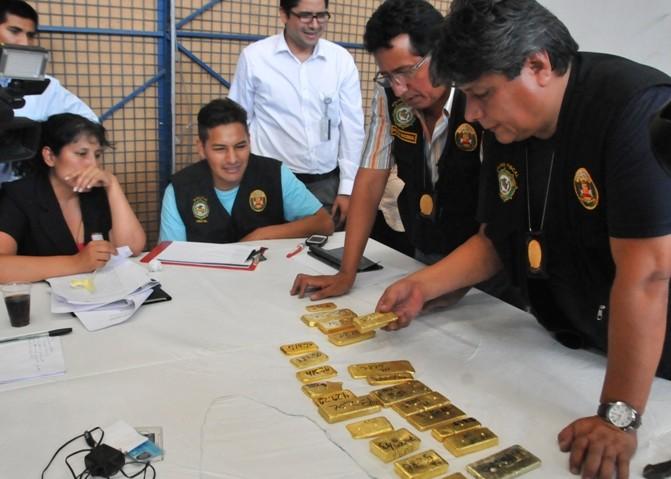 Oro de origen sospechoso incautado en almacenes de Talma en 2014 por la policía peruana. Foto: Andina