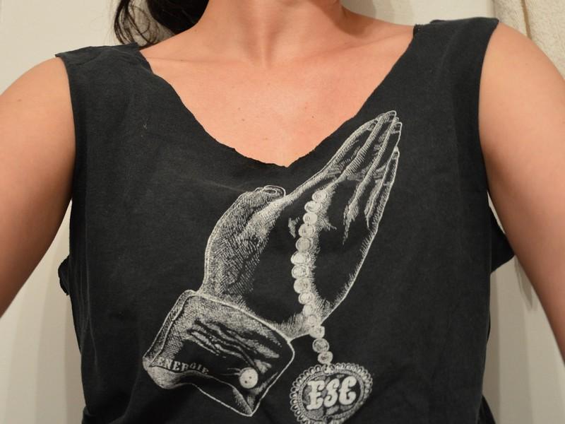 Diy transformer un vieux t shirt en d bardeur chancr - Plier un t shirt ...