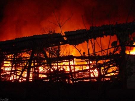 Barracão em chamas