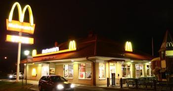 une-enseigne-mcdonald-s-de-nuit