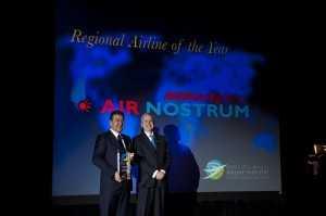 Calos Bertomeu d'Air Nostrum reçoit le prix des mains de Perry Flint d'ATW