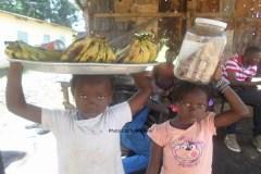 Deux fillettes, vendeuses ambulantes à N'zérékoré