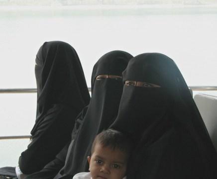 NIqaber döljer kvinnornas ansikten och kroppar. Kvinnorna kom från Dubai och var på semesterresa med sina män i Bangladesh Foto: Helene Bergman
