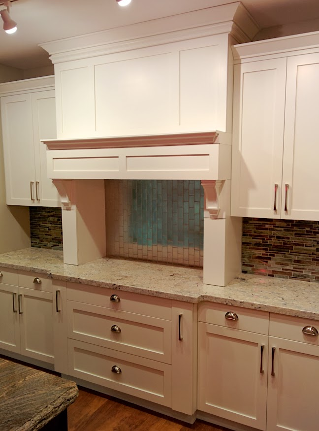 White shaker cabinets installed at Legacy Mill & Cabinets NW llc showroom located in Richland, WA.
