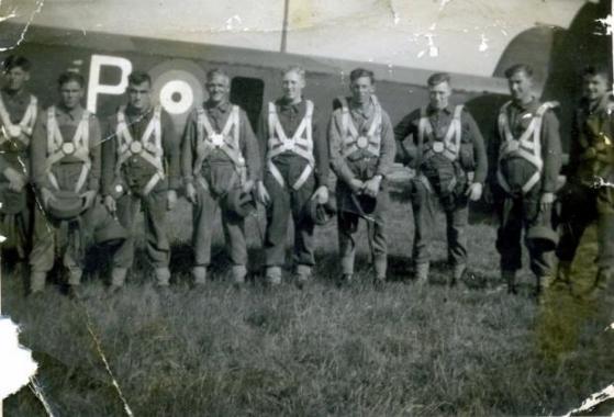 Tause_heltern_Parachute_training_ca_1940__Wallis_Jackson_2nd_right_None