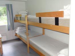 Majoitus tapahtuu pääasiassa neljän hengen huoneissa.