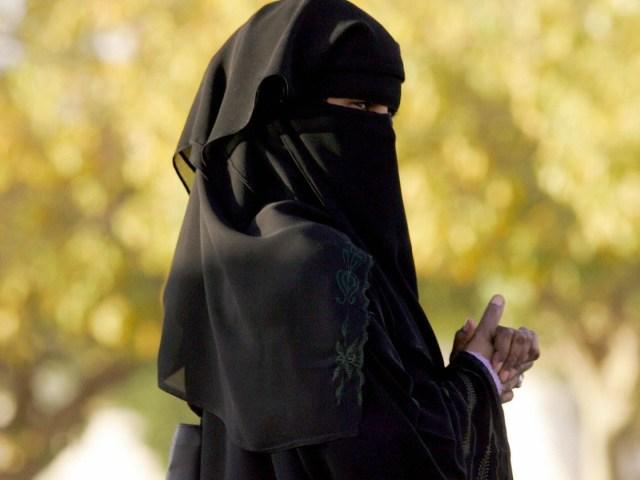 L'émission Frontline a trouvé une façon de filmer en cachette la vie en Arabie saoudite. Le résultat : Saudi Arabia Uncovered —( 54.11)