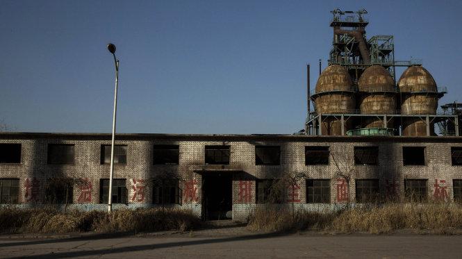 """Nhà máy Thép Thanh Tuyền ở thành phố Đường Sơn, Hà Bắc, bị bỏ hoang và đóng cửa năm 2014, là một ví dụ điển hình của """"xí nghiệp xác sống"""" ở Trung Quốc. (Ảnh: Kevin Frayer/Getty Images)"""