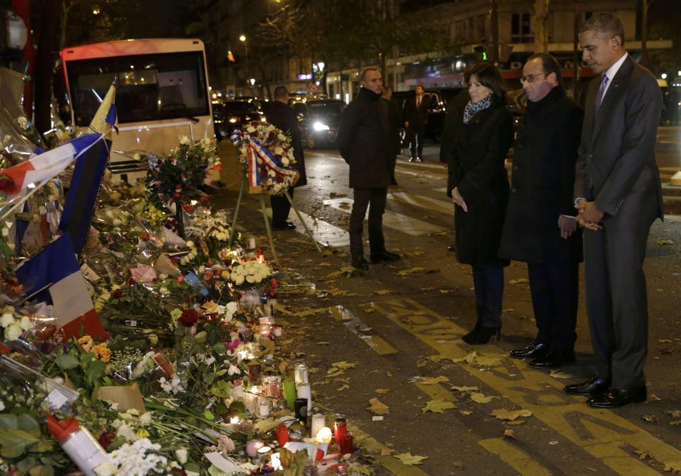 attentats-a-paris-barack-obama-se-recueille-devant-le-bataclan