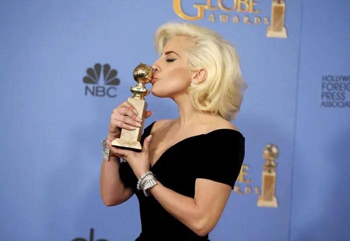 Lady-Gaga-besando-su-Globo-de-Oro