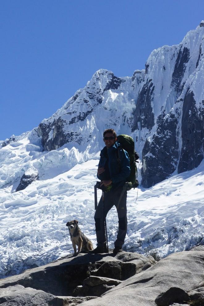 Fabien pose devant le Taulliraju (et Mayo s'incruste)
