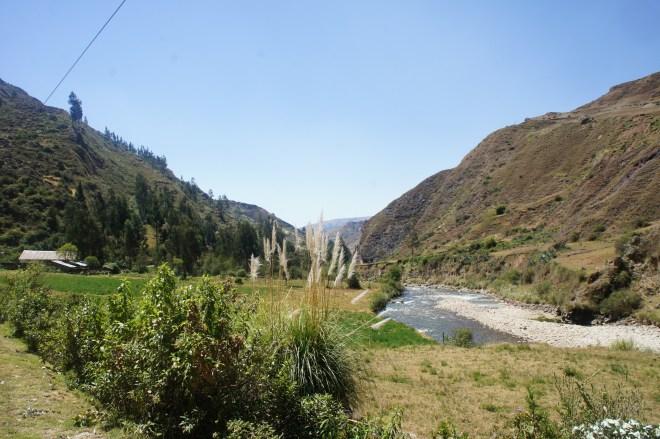 Agréable route suivant le cours de la rivière