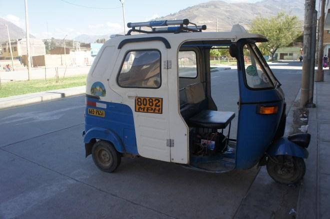 Un des milliers de moto-taxi (agréable à l'intérieur, un enfer pour les cyclistes)