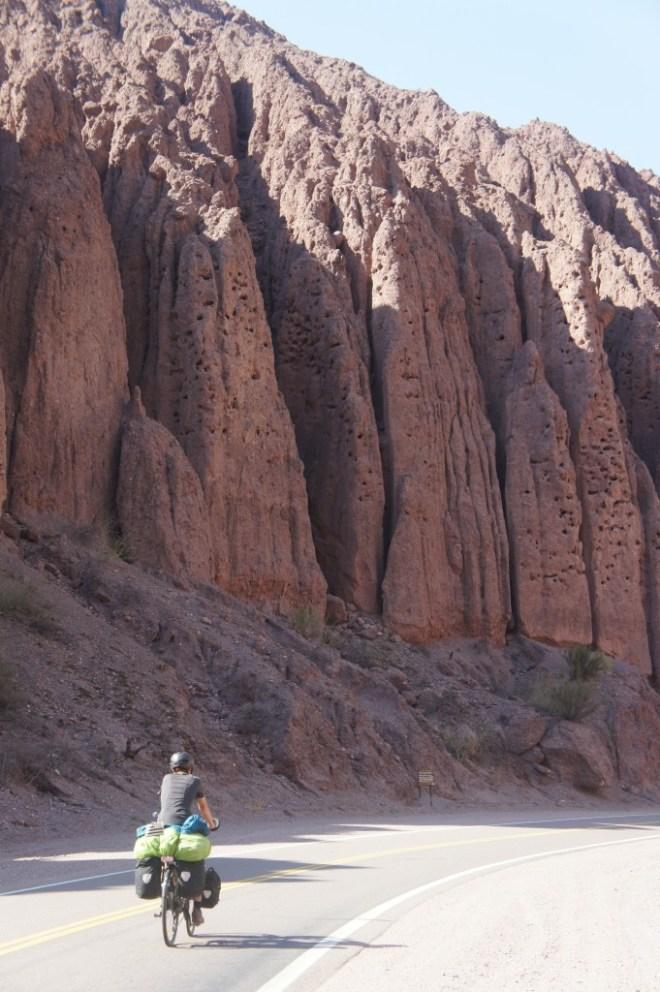Les milliers de trous dans la roche servent de nids aux perroquets durant l'été