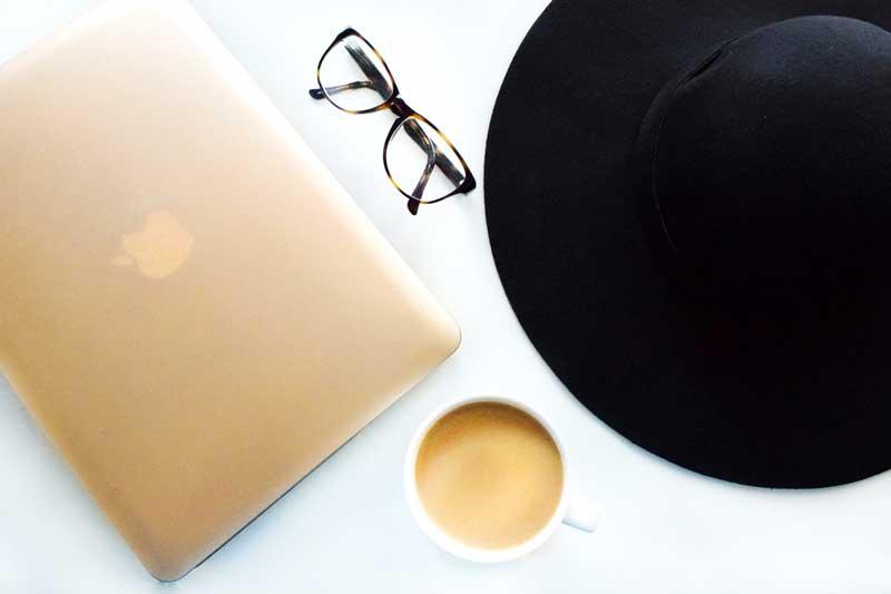BIEN BLOGUER macbook pro pro lunettes chapeau cafe