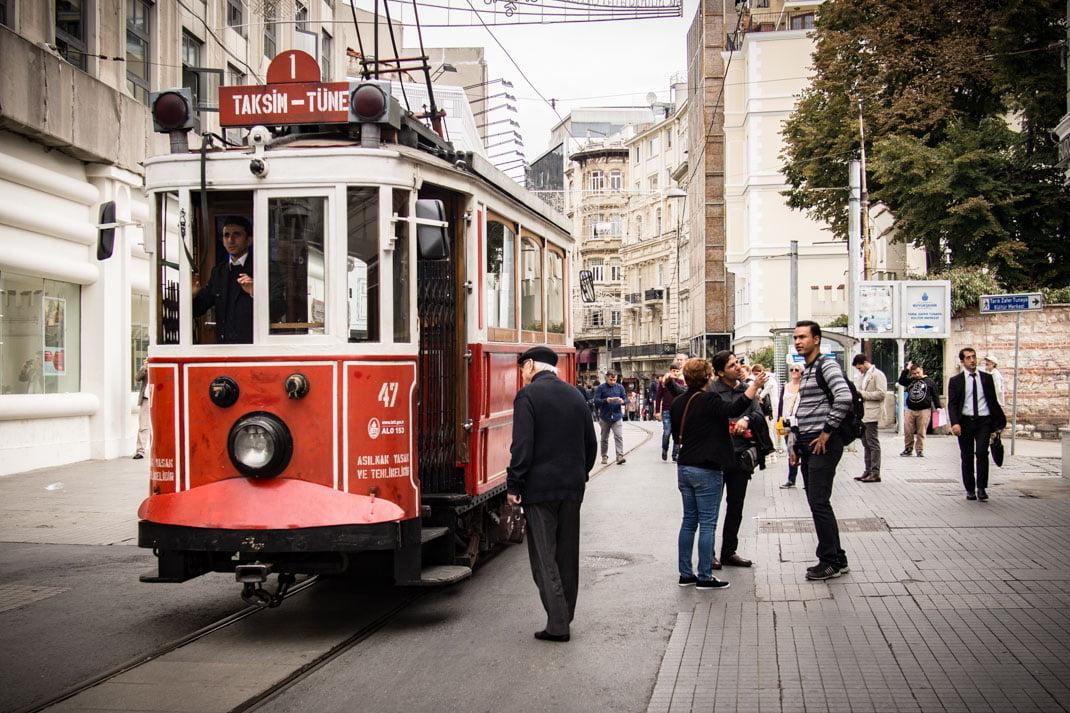 un vieil homme monte dans le tramway rouge vers la place taksim a istanbul en turquie