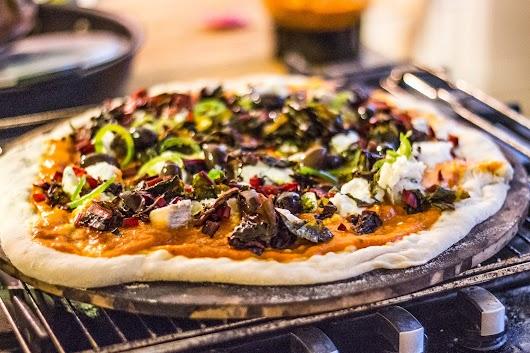 Pizza klar til at komme i ovnen - Mikkel Bækgaards Madblog