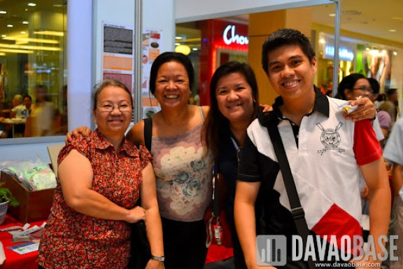 Hubby with our former professors at Ateneo: Evelyn Tan (Organic Chemistry), Lourdes Simpol (Analytical Chemistry) and Eva Mendoza (Chemical Process Industries)