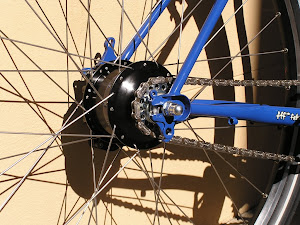 Rohloff Speedhub installed on a Karate Monkey with horizontal tips means no chain tensioner. 2x spoke lacing for the Rohloff due to the large hub flange diameter.
