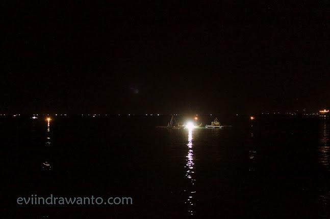 cahaya dari jukung nelayan pelabuhan ratu