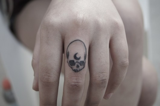 skull finger tattoos