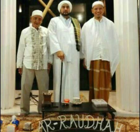 Dari kiri ke kanan: Habib Muhammad bin Ahmad Alaydrus, Habib Syech bin Abdul Qadir Assegaf, dan Habib Novel bin Muhammad Alaydrus, saat berada di Markas Besar Majelis Ar-Raudhah Solo. Foto: Suciati Sapta Margani.
