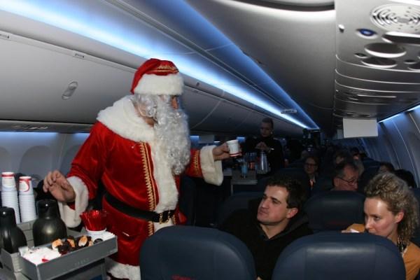 Der Weihnachtsmann schenkt Glühwein aus