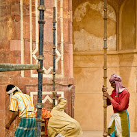 workers Humayun's Tomb in Delhi - Canon T2i with EF-S 17-55
